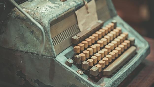 Stara zardzewiała maszyna do pisania