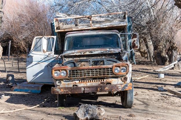 Stara zardzewiała opuszczona ciężarówka towarowa