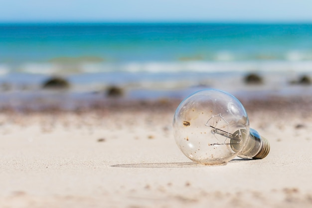 Stara żarówka na plaży