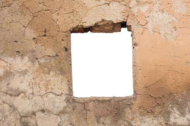 Stara żółta ściana z dziurą pośrodku. na białym tle. zdjęcie wysokiej jakości
