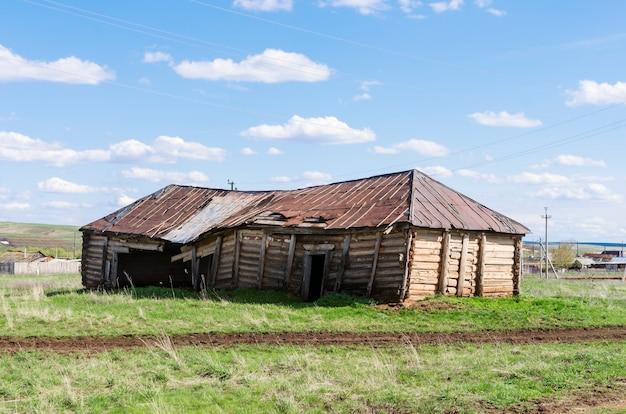 Stara zrujnowana stodoła