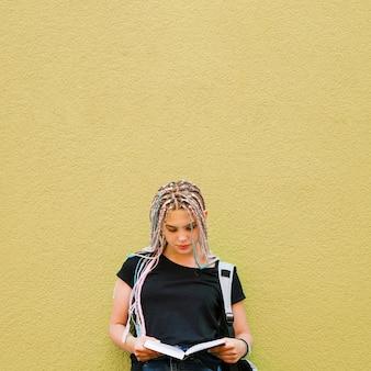 Staranne stylowy student czytania książki