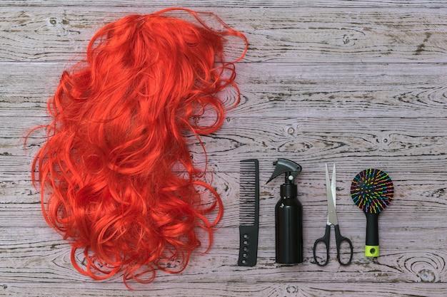 Starannie ułożone akcesoria fryzjerskie na rustykalnej powierzchni. akcesoria do tworzenia stylizacji i pielęgnacji włosów.