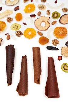 Starannie ułożone owoce do ssania różne kolory i orzechy
