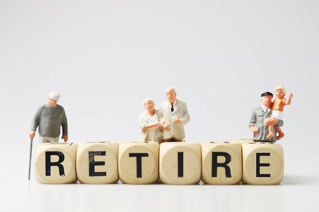 Starcy staruszkowie figurują na zabawkach i przechodzą na emeryturę, ludzie pracujący w starszym wieku i chcący odpocząć, muszą wrócić.