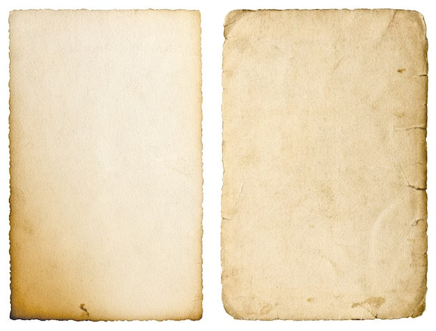 Stare arkusze papieru z krawędziami na białym tle. używana tekstura