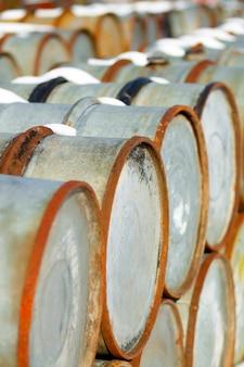 Stare baryłki ropy