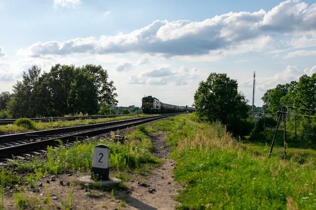 Stare beczki z ropą na kolei. zdjęcie wysokiej jakości