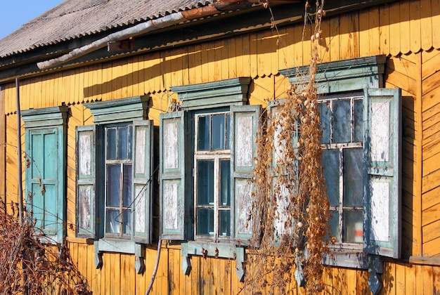 Stare brudne okna na starej ścianie