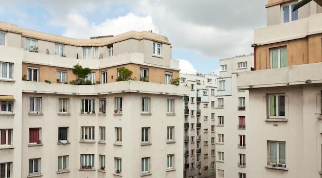 Stare budynki mieszkalne i błękitne niebo.