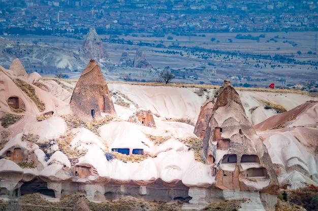 Stare budynki z listy światowego dziedzictwa unesco, kapadocja, turcja pod zachmurzonym niebem