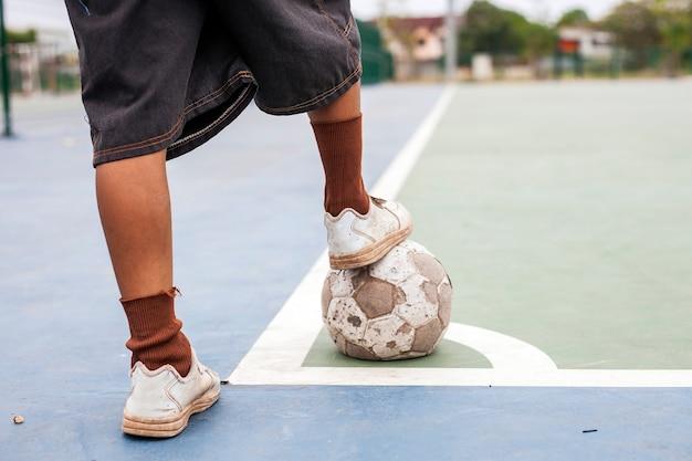 Stare buty i piłka brak ubóstwa dzieci.
