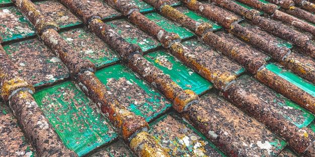 Stare dachówki ceramiczne zniszczone przez czas