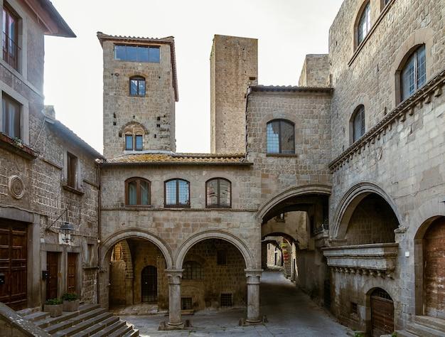 Stare domy i wieże w średniowiecznej starówce viterbo, lacjum, włochy
