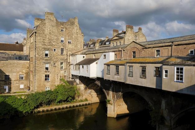 Stare domy na moście nad wodą w łaźni wielka brytania anglia