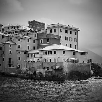 Stare domy nad morzem w dzielnicy boccadasse w genui, włochy