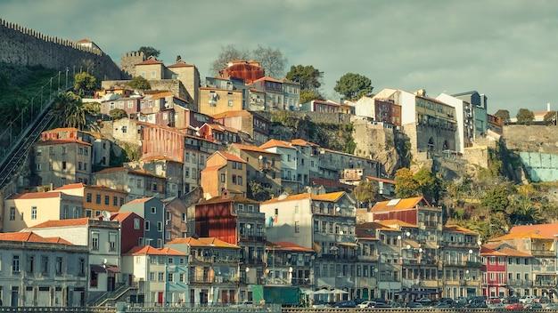 Stare domy rybackie na wzgórzu obok kolejki linowej w dzielnicy ribeira nad brzegiem rzeki douro w mieście porto w portugalii