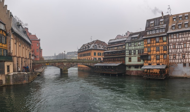 Stare domy w centrum strasburga.