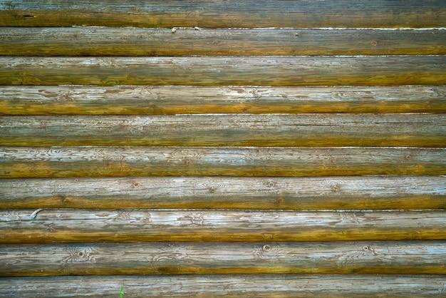 Stare drewniane bale ściany domu. sztuka tekstury drewna.