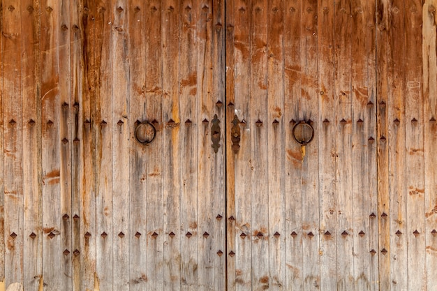 Stare drewniane bramy z żelaznymi uchwytami, drewniane bramy
