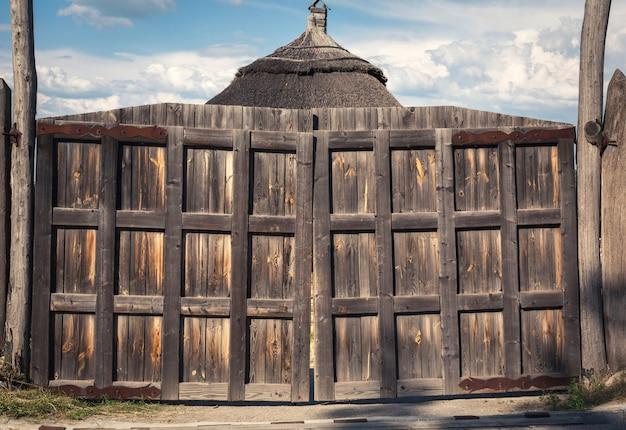 Stare drewniane bramy