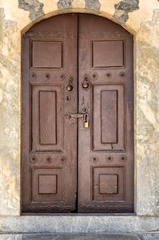 Stare drewniane brązowe drzwi z zamkiem