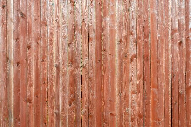 Stare drewniane deski pokryte łuszczącą się brązową farbą. tekstura drewna.