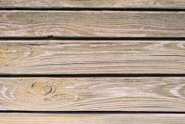 Stare drewniane deski tło. łuszcząca się, wyblakła fioletowa farba na starych tablicach. kopiowanie miejsca