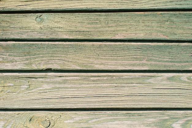 Stare drewniane deski tło. łuszczenie zielonej farby na starych deskach. skopiuj miejsce