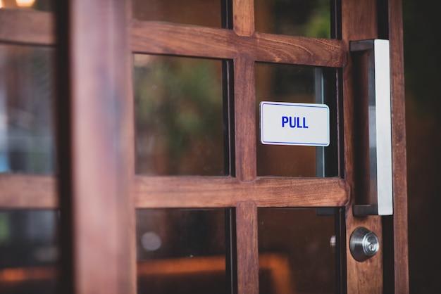 Stare drewniane detal drzwi z kołatką klamki