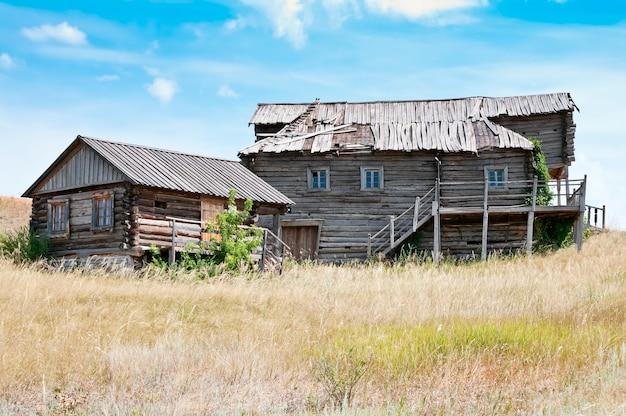 Stare drewniane domy. opuszczona wioska