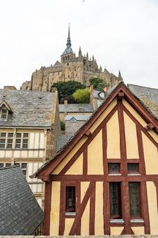Stare drewniane domy w słynnym opactwie mont saint-michel w departamencie manche, region normandii, francja