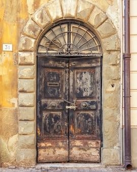 Stare drewniane drzwi vintage z łuszczącą się farbą