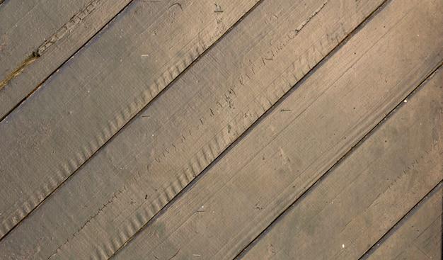 Stare drewniane drzwi z boazerią; zardzewiały i wyblakły.