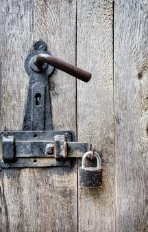 Stare drewniane drzwi z zamkiem