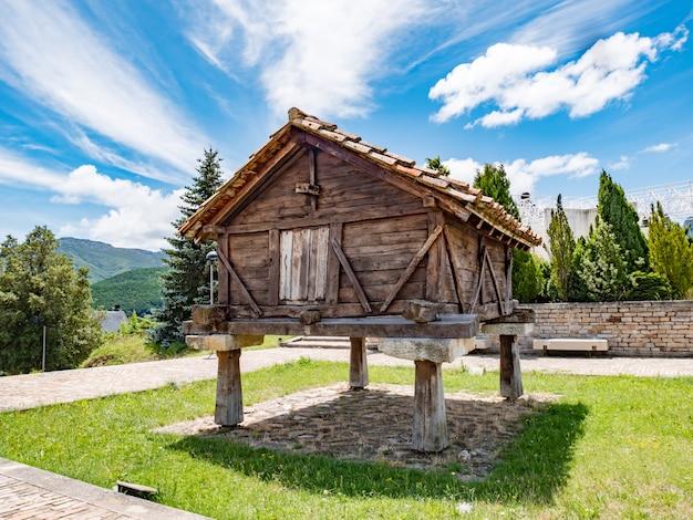 Stare drewniane horreo, typowe budownictwo wiejskie w hiszpanii.