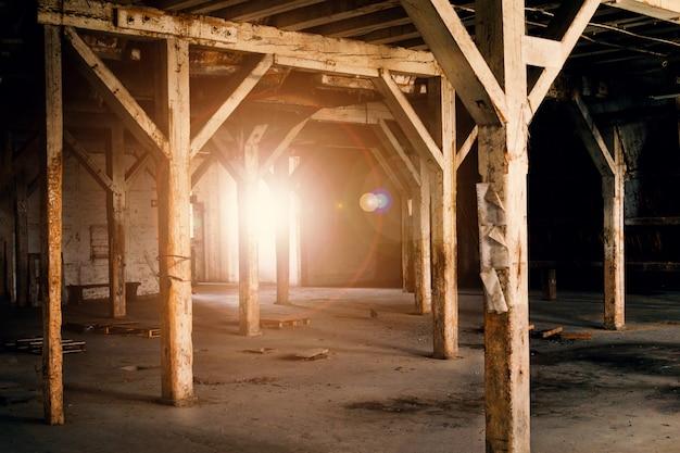 Stare drewniane kolumny.