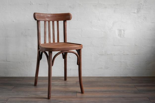 Stare drewniane krzesło stojące w pustym pokoju