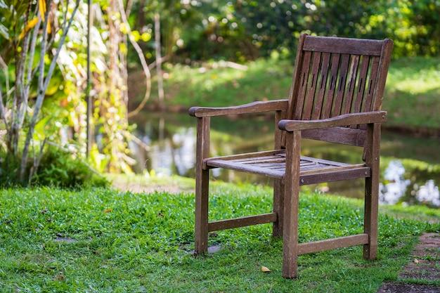 Stare drewniane krzesło w tropikalnym ogrodzie w pobliżu jeziora na wyspie borneo, malezja, zbliżenie