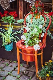 Stare drewniane krzesło z kwiatami
