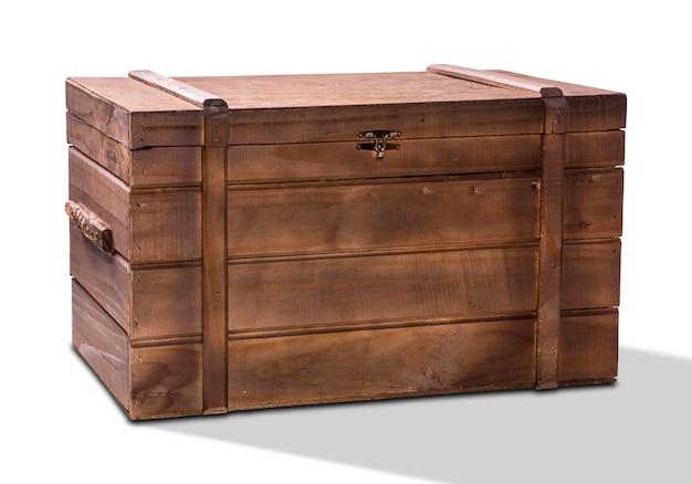 Stare drewniane pudełko na białym tle.