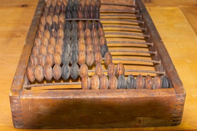 Stare drewniane radzieckie retro liczydło. starożytne drewniane rachunki z okrągłymi koralikami kalkulator pieniędzy w stylu vintage