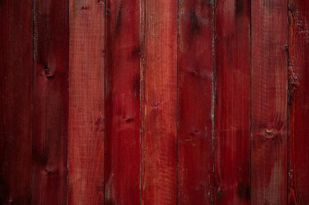 Stare drewniane ściany z pęknięciami i zarysowaniami