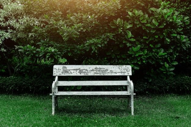 Stare drewniane siedzenie na relaks w zielonym parku