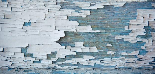 Stare drewniane tła, peeling niebieski i biały farby. odrapana deska, zniszczona tekstura, zbliżenie.