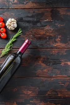 Stare drewniane tła puste, miejsce na tekst widok z góry z ziołami i butelką czerwonego wina