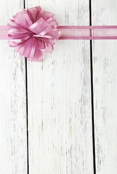 Stare drewniane tło z piękną kokardką