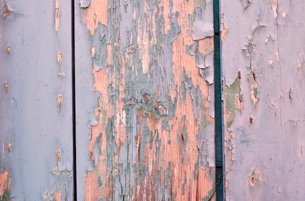 Stare drewno jasnoniebieskie i zielone. wyblakły pęknięty farby na drewnianej ścianie. tło grunge.