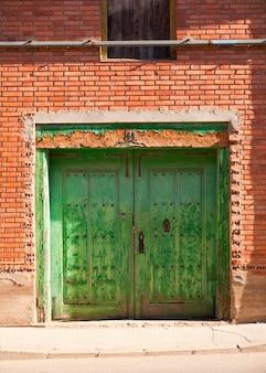 Stare drzwi biednego domu
