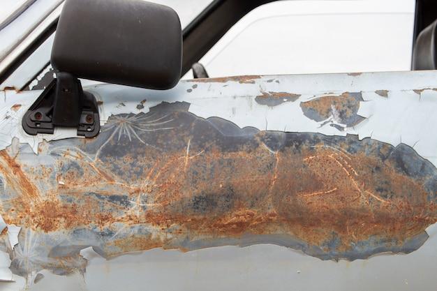 Stare drzwi samochodu, uszkodzona powierzchnia.
